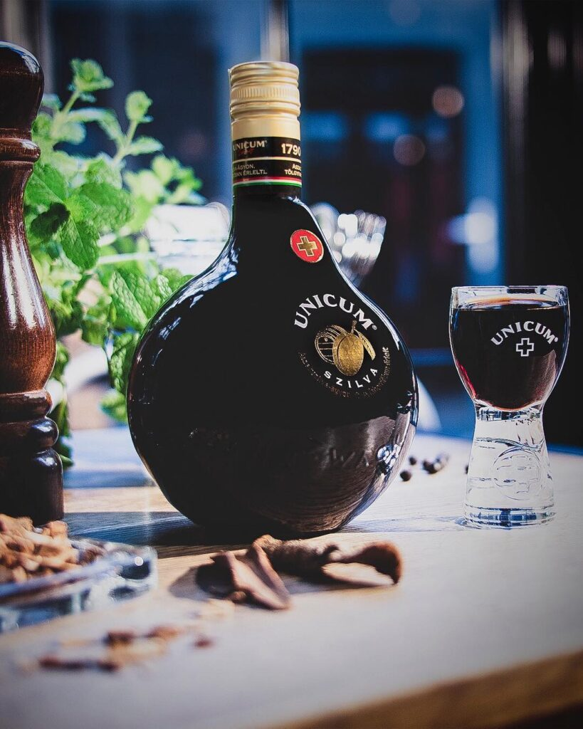 licor húngaro Unicum